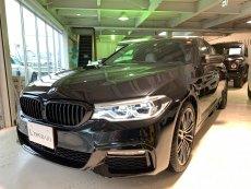 BMW 5シリーズ 【Coming Soon!】530i Mスポーツ 有償色 アイボリーレザー イノベーションパッケージ カーボンドアミラー ブラックキドニーグリル ドライビングアシスト+ 純正19インチAW【新車保証継承令和3年10月迄】