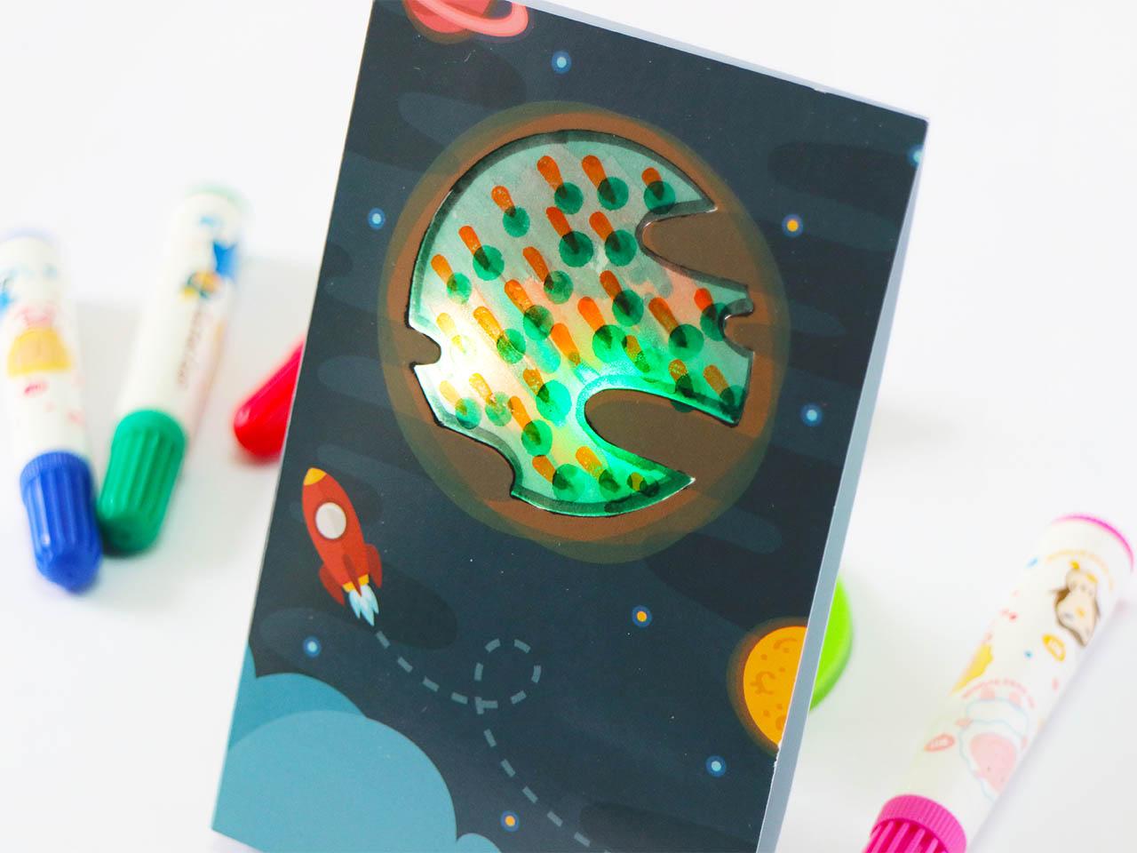 在卡片後發揮創意,塗鴉配上發光效果,創作獨一無二的專屬星球!