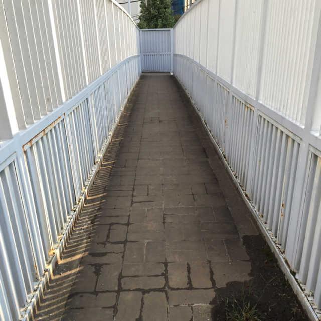 細〜い歩道橋