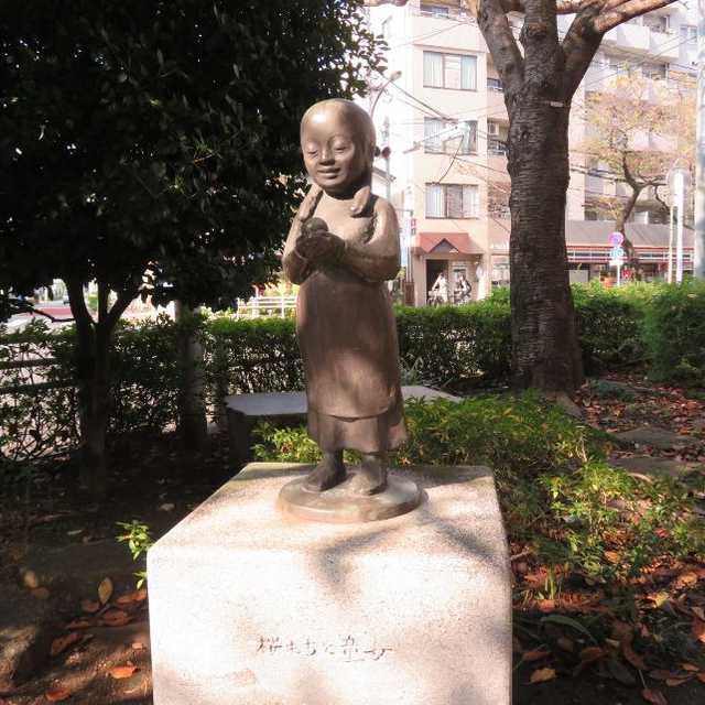 桜もちと童女