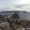 新島をバックに、△の形をした岩