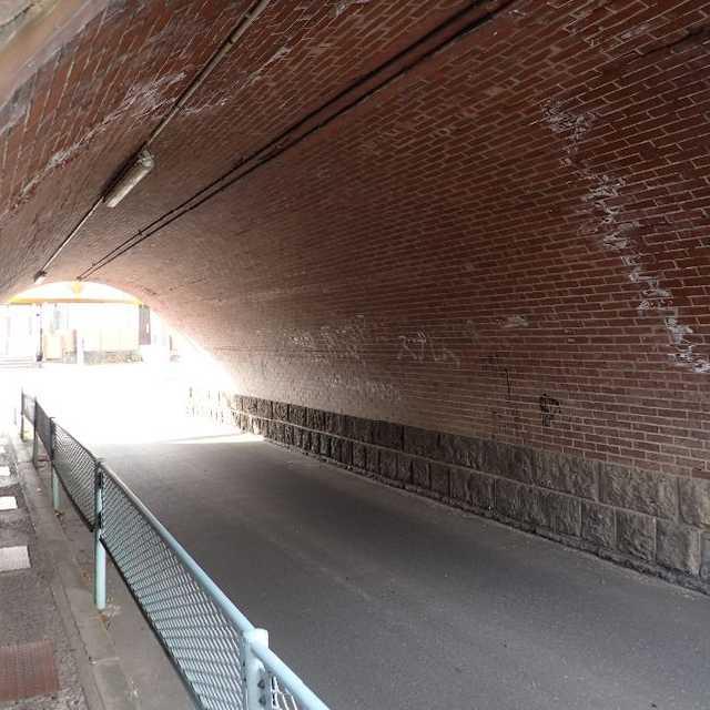 トンネルのような橋