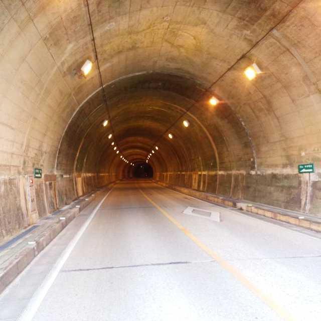 於茂登岳トンネルを通って