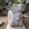 富士塚の前の牛さん