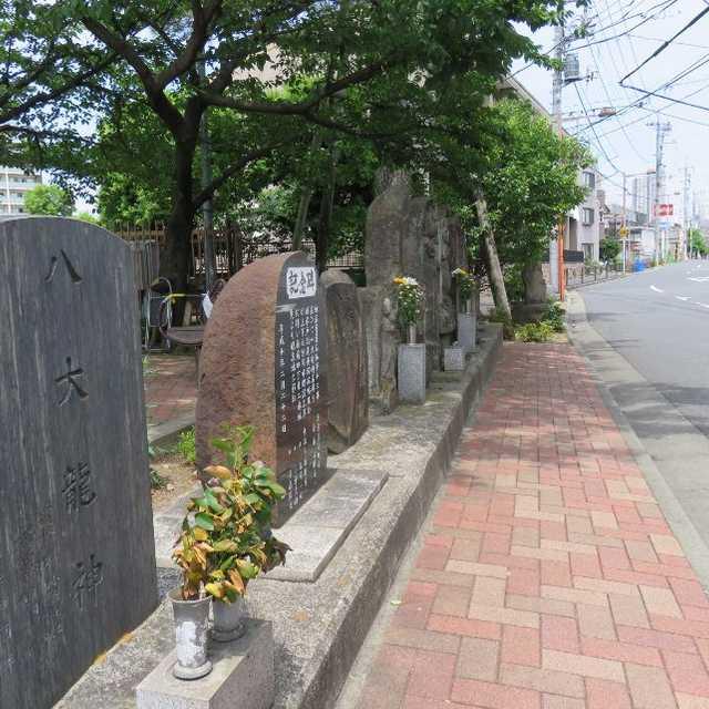 街道沿いの記念碑