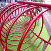 赤い輪が有る公園に切