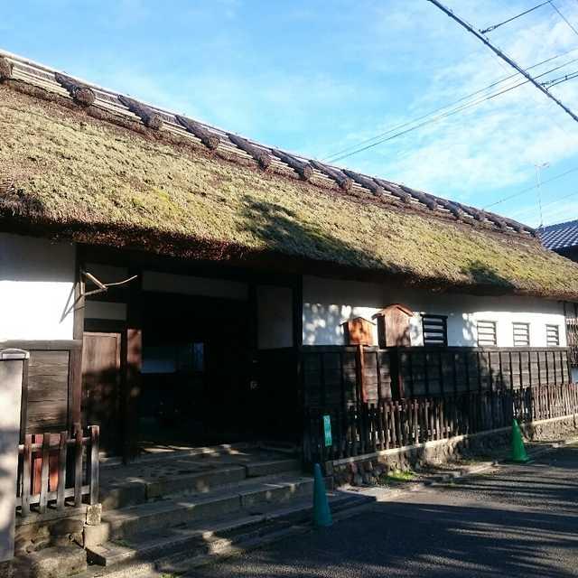 京都の街中に茅葺き屋根!?