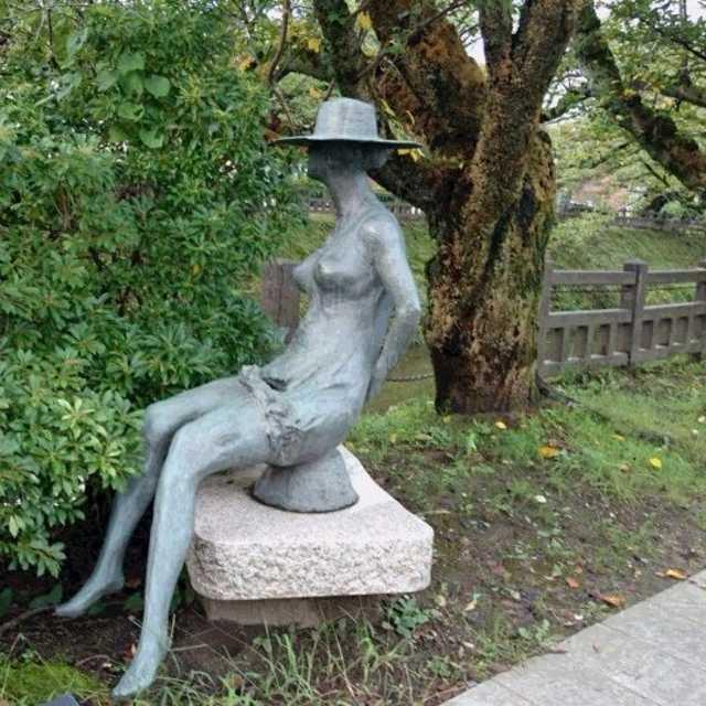 この彫刻名は、「対話」