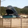 道路脇にクジラ