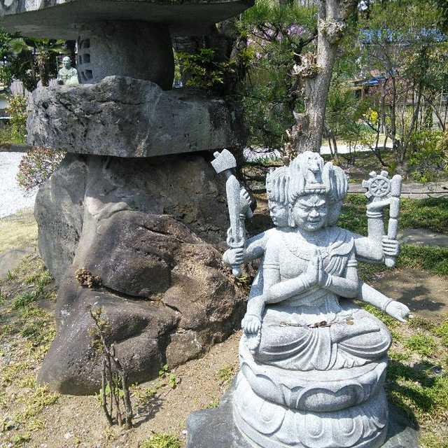 光明寺境内にある石像