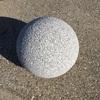 まん丸の石