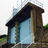 多摩川沿いの大きな扉