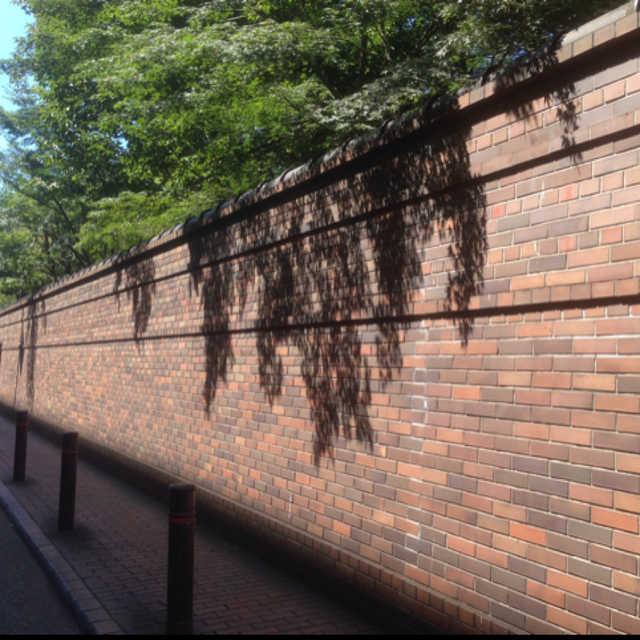 六義園のレンガを使用した外周塀