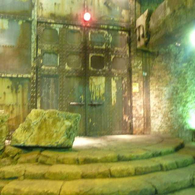 廃墟へ続く巨大な扉