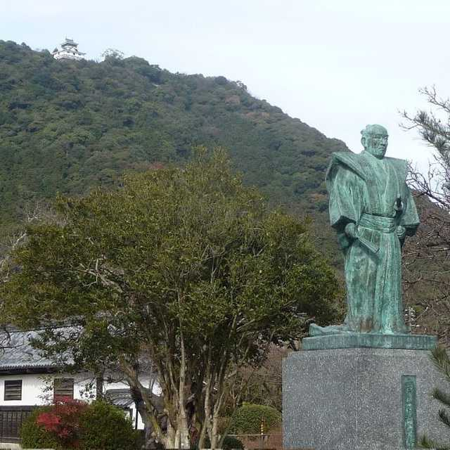 吉川広嘉公像と岩国城