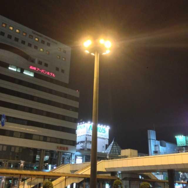 高崎駅西口の大きな電灯の電気の数は?
