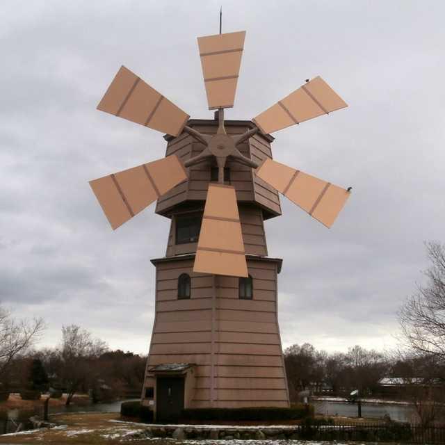 琵琶湖のジャンボ風車