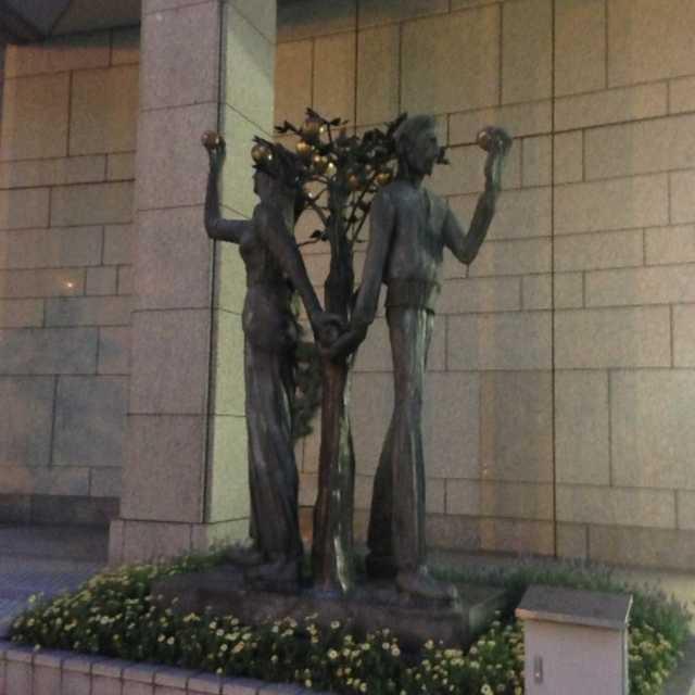 広場を囲む彫刻群