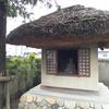 茅葺屋根の祠の芭蕉翁
