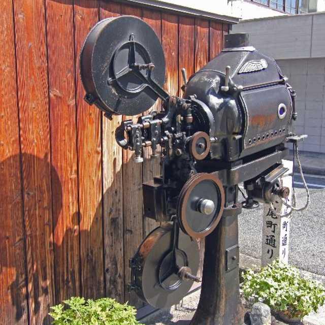 屋外に映画用カメラ