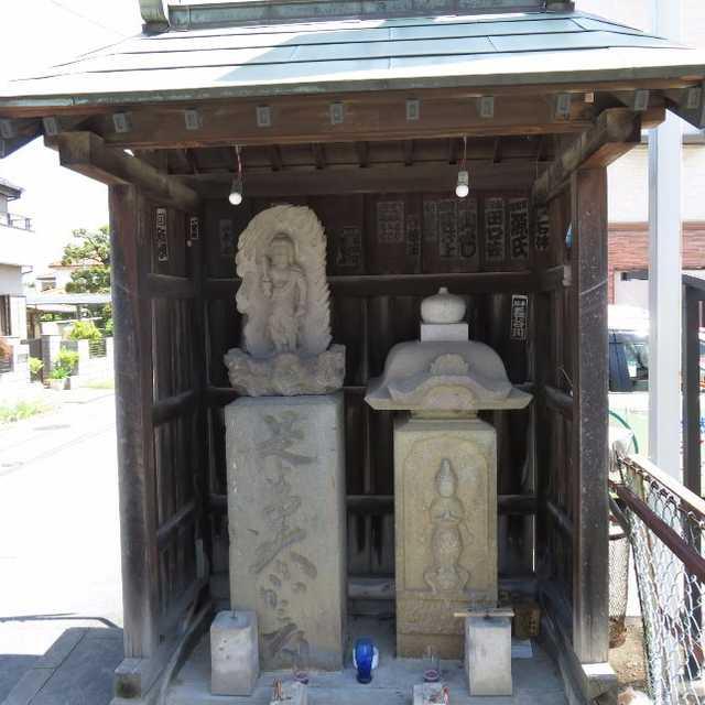 街道沿いの石造物