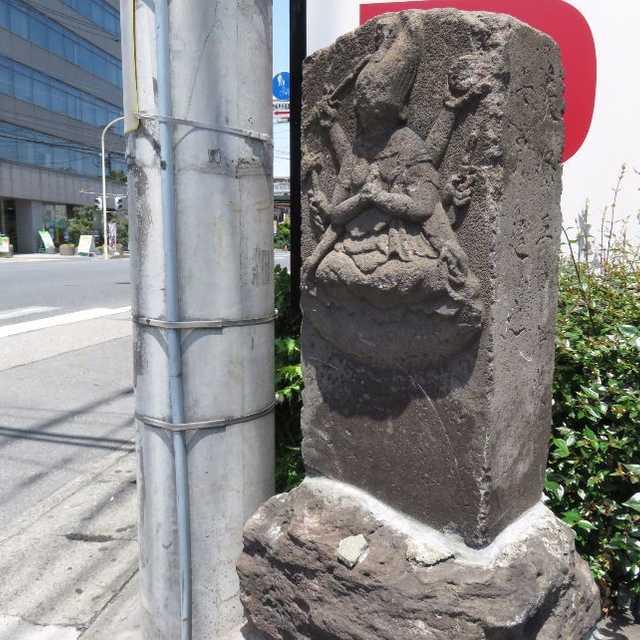 新越谷駅近くの石造物