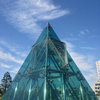 ガラスのピラミッドが