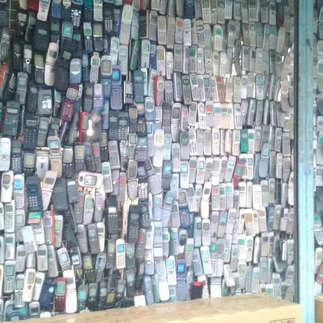 携帯でできた店
