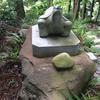 亀の石像の下の化石は