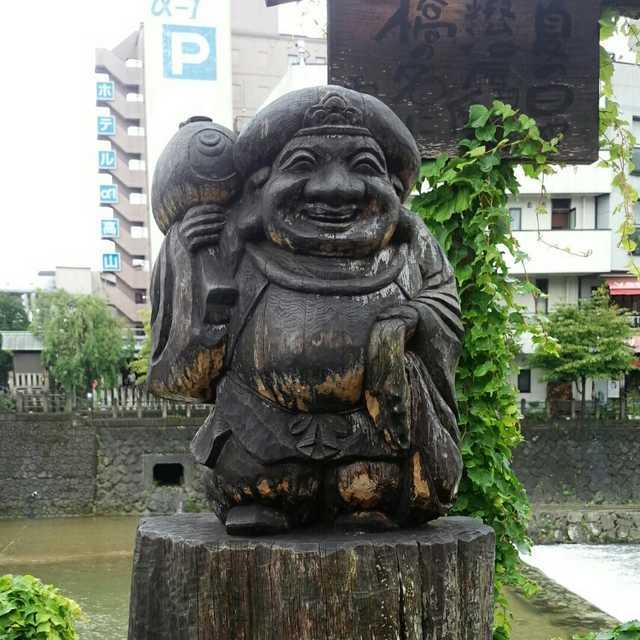 宮川朝市を見守ってる。