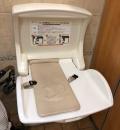御殿場プレミアム・アウトレット(ママのリフォーム横のトイレ)のオムツ替え台情報