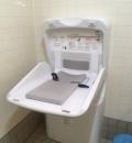 熊本県民総合運動公園 駐車場脇トイレ(1F)のオムツ替え台情報