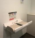 東京国際フォーラム(B1F 多目的トイレ内)のオムツ替え台情報