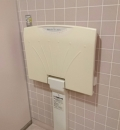 谷和原保健福祉センター(1F 女性トイレ内)のオムツ替え台情報