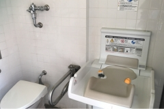 くらすわ(1階 多目的トイレ)のオムツ替え台情報