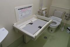 ホープ就労支援センター渋谷(多機能トイレ)のオムツ替え台情報