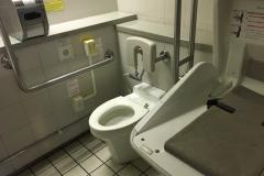 西新宿駅改札内トイレ(1F)のオムツ替え台情報