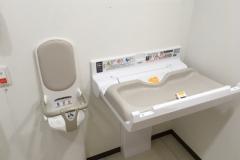 クスリのアオキ東舞鶴店(1F)のオムツ替え台情報