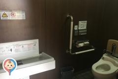 二条公園公衆トイレのオムツ替え台情報