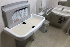 ヤマダ電機・LABI自由が丘  多目的トイレ(1F)のオムツ替え台情報