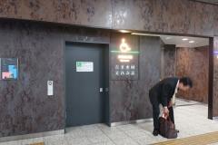 JR上野駅 改札内 13~15番線前 多目的トイレ(1F)のオムツ替え台情報