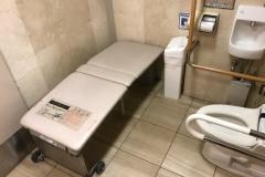 西武池袋本店(2F 多機能トイレ)のオムツ替え台情報
