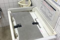 信濃町駅(改札内 多目的トイレ)のオムツ替え台情報