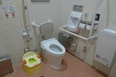 つくばみらい市役所 みらい平コミュニティセンター(1F 多目的トイレ内)のオムツ替え台情報