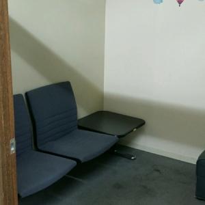 ドアを開けて左側に椅子2つ、テーブル1つ。