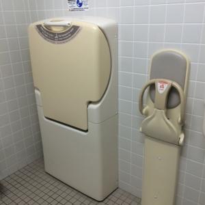 男女トイレには、おむつ交換用台とベビーチェアが、各1台ずつあります。