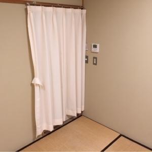 共有スペースなので鍵をかけずにカーテンを閉めた方が後から入る人が居ても鍵を開ける手間が省けます。