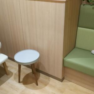 個室の中に椅子が2つあります