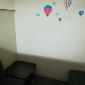 鮮やかな色の気球のシールに赤ちゃんが吸い寄せられてました(笑)