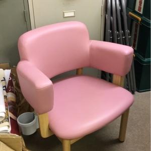 椅子が1つあるだけでオムツ替え台はありませんが、個室なので替えちゃいました